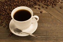 Café fresco en la taza blanca Imágenes de archivo libres de regalías