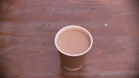Café fresco en una taza de papel disponible almacen de video