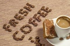 Café fresco escrito en granos de café Imagenes de archivo