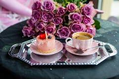Café fresco na caneca cor-de-rosa e no bolo delicioso imagem de stock royalty free