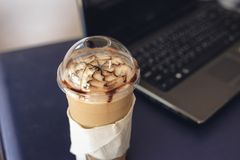 Café fresco, na mesa foto de stock