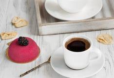 Café fresco para el desayuno con la torta y las bayas frescas en una bandeja Imagen de archivo libre de regalías