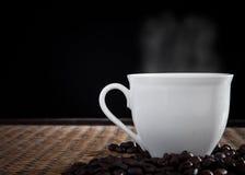 Café fresco quente com fumo no copo imagem de stock