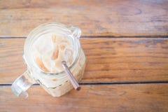 Café frio do leite no jarro de vidro fotografia de stock
