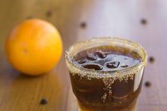 Café froid avec du sucre roux, l'orange et les glaçons sur la barre Photos stock