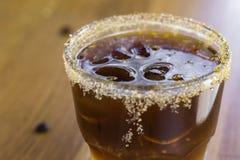 Café froid avec du sucre roux, l'orange et les glaçons sur la barre Image libre de droits