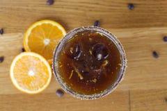 Café froid avec du sucre roux, l'orange et les glaçons sur la barre Images libres de droits