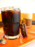 Café froid avec le biscuit de chocolat Photographie stock libre de droits