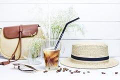 Café froid parmi des accessoires d'été images stock