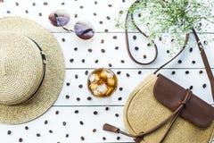 Café froid parmi des accessoires d'été photographie stock