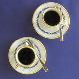 Café fuerte, caliente del café express en tazas decorativas y platillos Fotografía de archivo libre de regalías