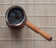 Café fuerte en un cezve de cobre Foto de archivo