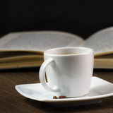 Café fuerte negro en la tabla Imagen de archivo