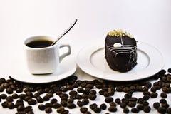 Café, gâteau sur le fond blanc Images libres de droits