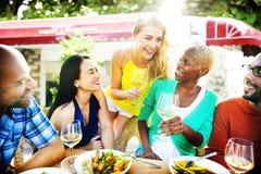Café gai d'amitié d'amis de partie traînant le concept Images stock