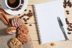 Café, galletas y libreta Fotos de archivo