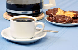 Café, galletas y un crisol del café. Foto de archivo