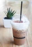Café glacé avec le fond de plante verte Image stock