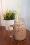Café glacé avec le fond de plante verte Photographie stock libre de droits