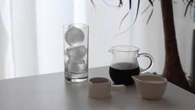 Café glacé avec le sirop de lait et de chocolat photos stock