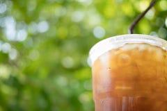 Café glacé d'americano sur le fond vert de bokeh Images stock