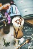 Café glacé de moka avec la crème fouettée en verre, fond en bois Images stock