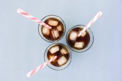 Café glacé, glaçons et pailles en verres photo stock