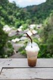 Café glacé sur le balcon avec le fond de village de Mae Kampong Photo libre de droits