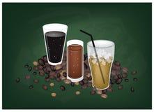 Café glacé sur un fond noir de tableau Photos libres de droits