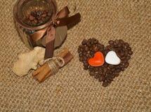 Café - grains de café de café d'amour d'I dans un pot Photographie stock libre de droits