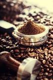 Café Grains de café Grains de café et Portafilter Image modifiée la tonalité Image stock