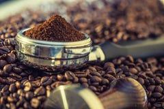 Café Grains de café Grains de café et Portafilter Image modifiée la tonalité Photo stock