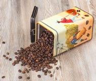 Café, granos de café aromáticos frescos en una caja del metal Foto de archivo