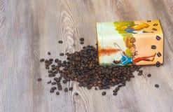 Café, granos de café aromáticos frescos en una caja del metal Fotos de archivo