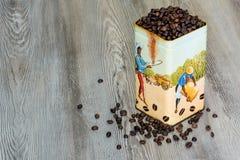 Café, granos de café aromáticos frescos en una caja del metal Fotografía de archivo