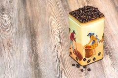 Café, granos de café aromáticos frescos en una caja del metal Imagenes de archivo
