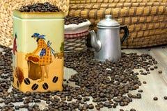 Café, granos de café aromáticos frescos en una caja del metal con el pote del café Fotografía de archivo