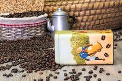 Café, granos de café aromáticos frescos en una caja del metal con el pote del café Fotos de archivo libres de regalías