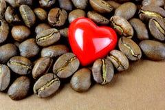 Café, granos de café y corazón rojo Fotografía de archivo