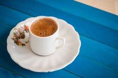 Café griego en una tabla azul foto de archivo