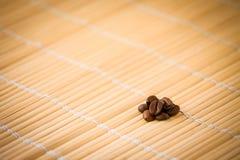 Café-habas en bambú Fotografía de archivo
