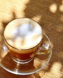 Café hecho espuma en la tabla desde arriba Fotos de archivo