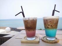 Café helado con la opinión del mar Fotos de archivo