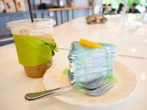 Café helado con la torta del crepé del limón de la cal fotos de archivo
