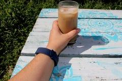 Café helado de consumición afuera imagenes de archivo