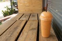Café helado en fondo de madera de la tabla Fotografía de archivo