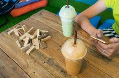 Café helado en fondo de madera de la tabla Foto de archivo libre de regalías