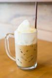Café helado en la tabla de madera fotografía de archivo