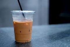 Café helado en taza plástica en el tiempo relajante foto de archivo