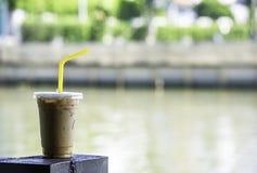 Café helado en un vidrio en el río de acero del fondo de la falta de definición de la barra fotos de archivo